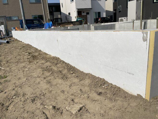 コンクリート外部の白く見えるものが断熱材です。