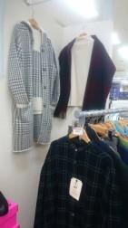 暖かいウールのカーデーガンと、セーターの2枚セットで9,900円のセットはお得です。