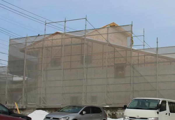 足場のネットで見えにくいですが、ピンク色の断熱材で建物が包まれました