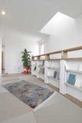 畳のライブラリーで、チベタンラグに寝ころびながらの読書はいかがでしょう