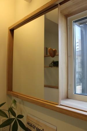 パウダールームにあるスライドする鏡に付いたつまみが三つ目の作品。
