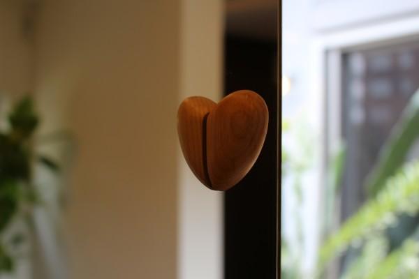 鏡に映り込むつまみがハートなんです! 見つけるとちょっと感動しますよ。