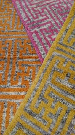 手織り絨毯の寿命は70年~80年。 さらりとした肌触りを実際に触れてみてください。