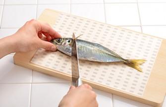 魚を切る際、直接まな板が汚れないので、衛生面でも安心です。