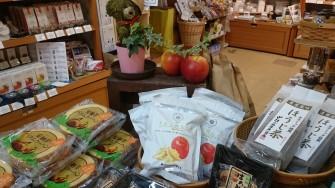甘いりんごのお菓子も入荷。 りんご狩んとう 1袋220円(税別) はちみつりんご饅頭 8個330円(税別)