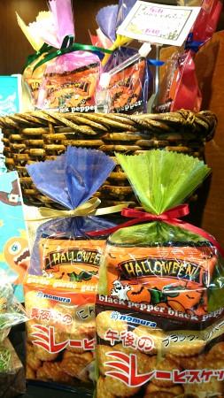 お菓子の組み合わせは自由に! 人気のビスケットとハロウィン限定ポップコーンをセットにしたプチギフト