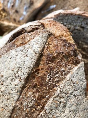 パンの表面にある小さい粒がアマランサス。