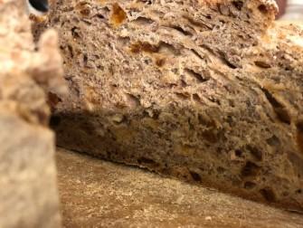 生クルミとアプリコットを混ぜ込んだ、相性ぴったりなパン。甘みと酸味のバランスがよいです。