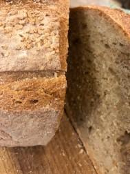 シチリアで一般的に食べられているセモリナパン。表面にごまがまぶされています。