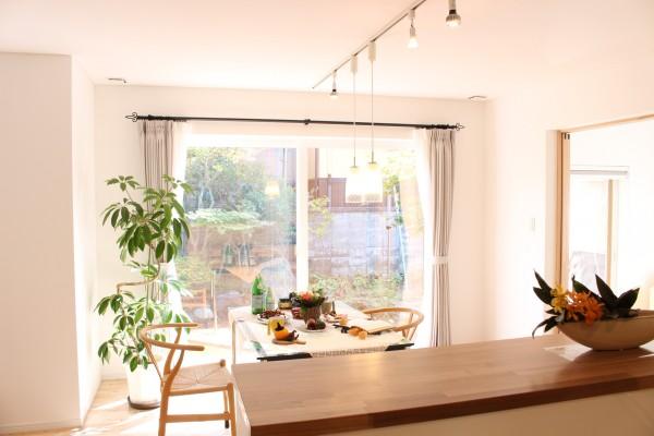 キッチンに立っていただくと、ダイニングテーブルの先に、ゆったりとした庭が眺められます。季節の移り変わりも感じなて頂きながら、キッチンでお料理を楽しんで頂けます。