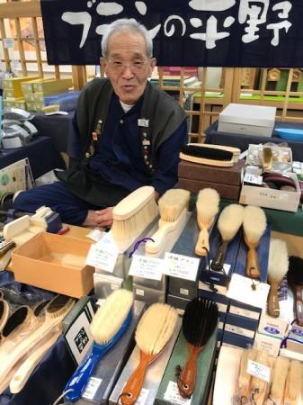 東京の平野ブラシさん、 この季節、洋服ブラシが人気でした。
