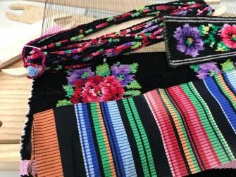 手前の布は、モール状の糸をカットする前のものです。