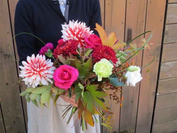 美しいバラも彩りを添えます