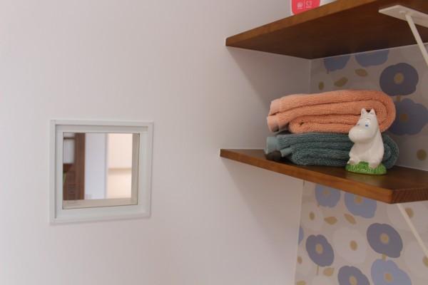 ダイニングをのぞける小さな窓。
