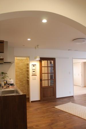 キッチンは壁付け。 キッチン隣に食品庫。
