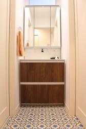 1階洗面。床に可愛いクッションフロアを採用!