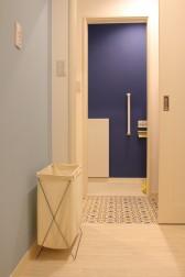 手前は脱衣室。奥はトイレ。どちらも綺麗なブルー。