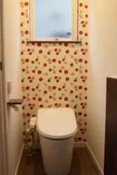 2階のトイレは、 可愛いさくらんぼ柄!