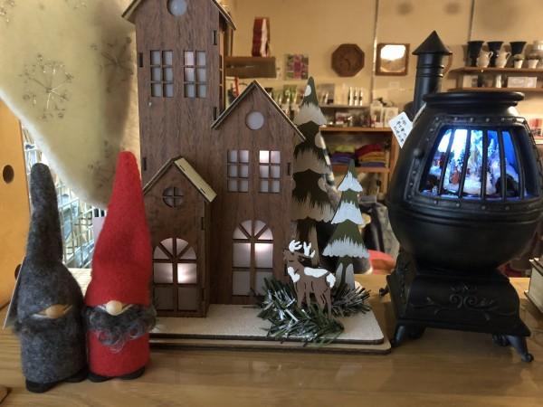 今年はちいさな置物のトントゥが人気です! LEDの置物達も雰囲気があってクリスマスムードを盛り上げます!