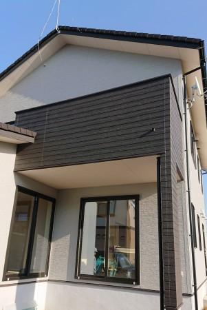 シルバーグレーの外壁に、ブラックの木目のアクセントが際立つ外観です。