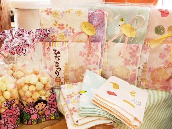 ◆ひなあられ 270円(税別) ◆ハンカチ・単品 500円(税別) ◆ひなまつりキャンディとハンカチセット 750円(税別)