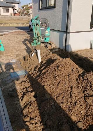 こちらは設備屋さんの仕事です。建物周りの地面の下に納める配管のため、硬い土を掘っているところです。