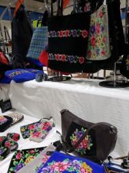 村友産業さんのシェニール織りのバッグ、色柄が豊富に揃っています。