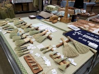 中津箒さん たくさんの箒が並びました。