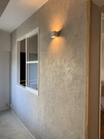 ドアを開けて先ず外壁のようなモールテックス仕上げの壁がお出迎え。