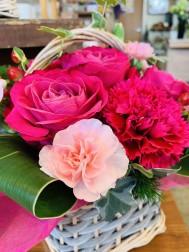 赤やピンクのお花を集めたアレンジメント! 黄色&オレンジ、白&グリーン・・・などなど。 お母さんの好きなカラーでお作り致します!