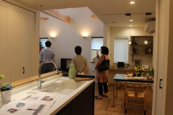 キッチンに立ちながら見えるダイニングとリビングの風景。