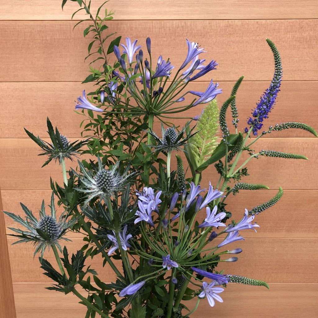 夏の花束 アザミ、ベロニカ、アガパンサス、粟、雪柳