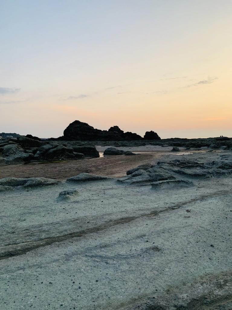 青森県深浦町の千畳敷海岸。 昔、地震で隆起してできた岩床の海岸です。