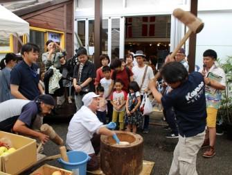 笹川餅屋さんのもち米を使ってお餅つき! 実際についたお餅を食べたり、 餅つき体験もして頂けます。