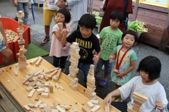 木の端材を使って高~いタワーをつくる選手権! 小学生のお子さんたちが盛り上がりました!