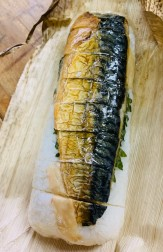 焼き鯖の半身が載っています。美味しいですよ。
