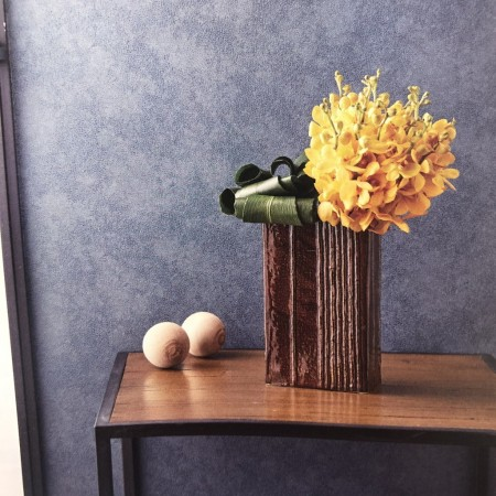 和のテイストには、落ち着いた色味の蘭(モカラ)を。 ハランは丸めて生けてあげます。