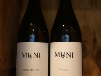 左:モンテマーグロ2017(白)¥3,100+税 右:ビアンコ ムーニ2017(白) ¥2,500+税