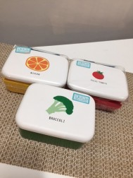 長角一段弁当ミニ 価格1600円 柄左から、みかん、ブロッコリー、トマト