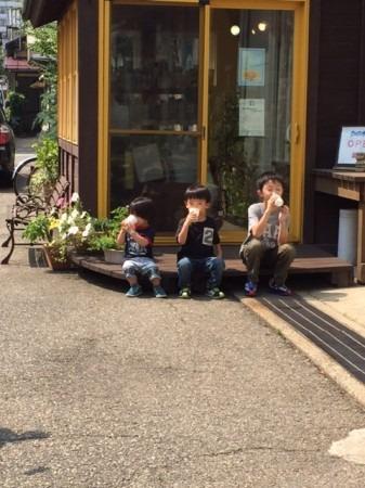3人仲良く牛乳を飲んでいます。末っ子くんはまだ瓶から飲めなくて、紙コップに入れて飲みました。