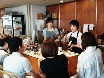 お店のキッチンを囲んで、飲みながら、食べながら、お客様からもいろいろなお話をお伺いします。